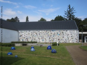 Entrée du Museum Jorn, Silkeborg, 2015. Fresque de J. Dubuffet, Terrain de football triolectique d'Asger Jorn et globes bleus d'E. Nyholm